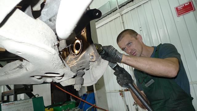 Automechanik při práci
