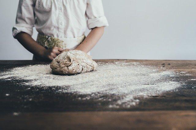 pekař zpracovávající chléb